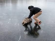 Un cerf sauvé d'un étang gelé