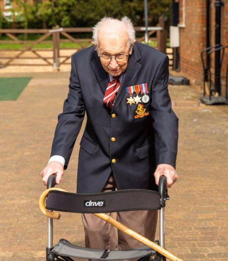 Heroïsche oorlogsveteraan (99) wandelt met rollator 2,3 miljoen euro bij elkaar voor zorgsector