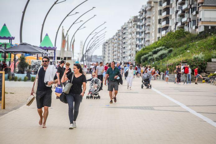 Het zal vanaf volgend jaar niet langer toegelaten zijn in badkledij rond te lopen in De Panne, behalve op het strand en de Zeedijk.