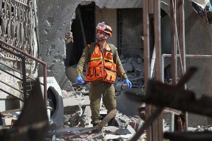Un soldat israélien inspecte une maison endommagée par un missile tiré depuis la bande de Gaza, dans la ville d'Ashkelon, au sud d'Israël.