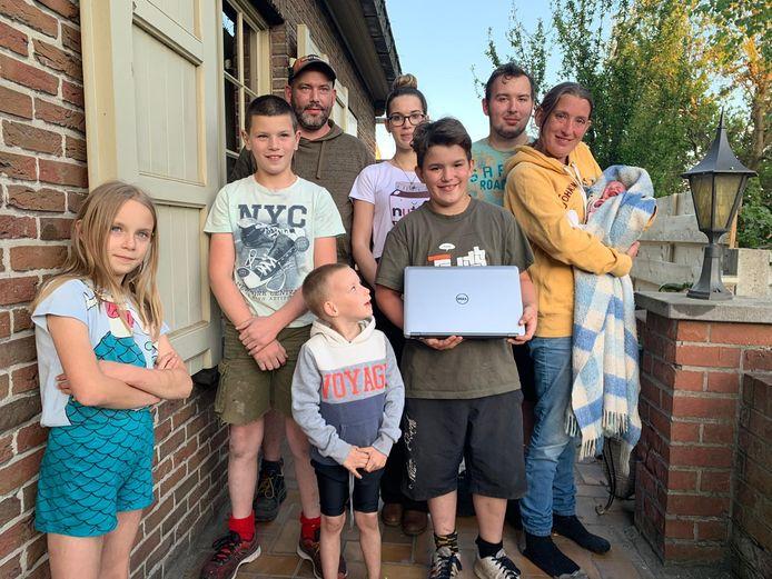 Ook dit groot gezin uit Zedelgem beschikt voortaan over een extra laptop.
