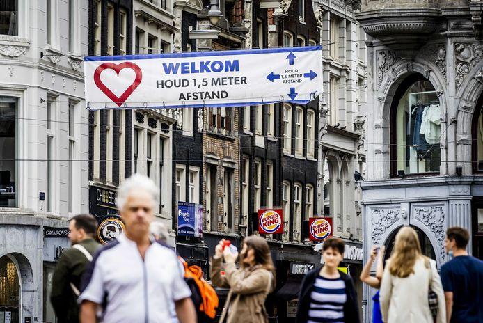 Winkelend publiek in Amsterdam.