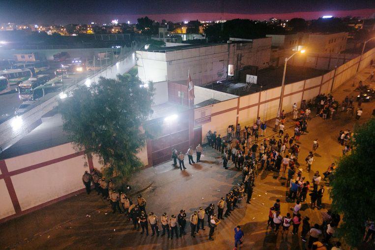 Politieagenten voor de ingang van de jeugdgevangenis na de rellen.