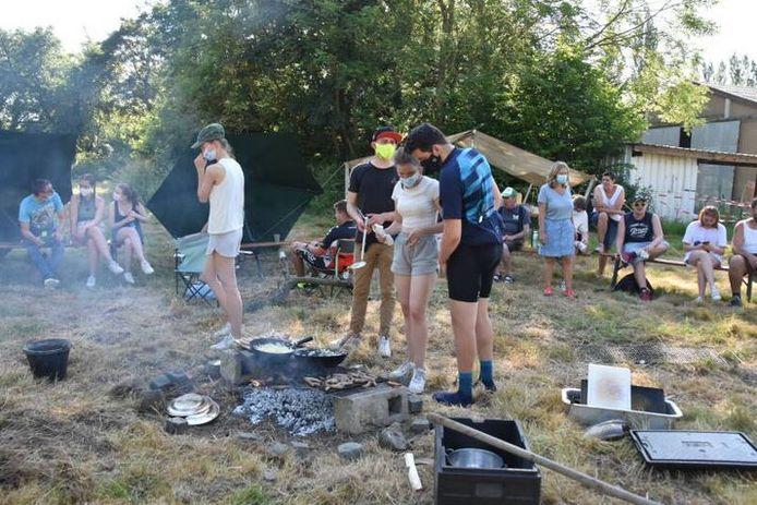 een sfeerbeeld met ViVaTo: laatstejaarsstudenten van Rhizo die als eerste de kampplaats innamen en er op avonturentocht trokken met mensen met een beperking