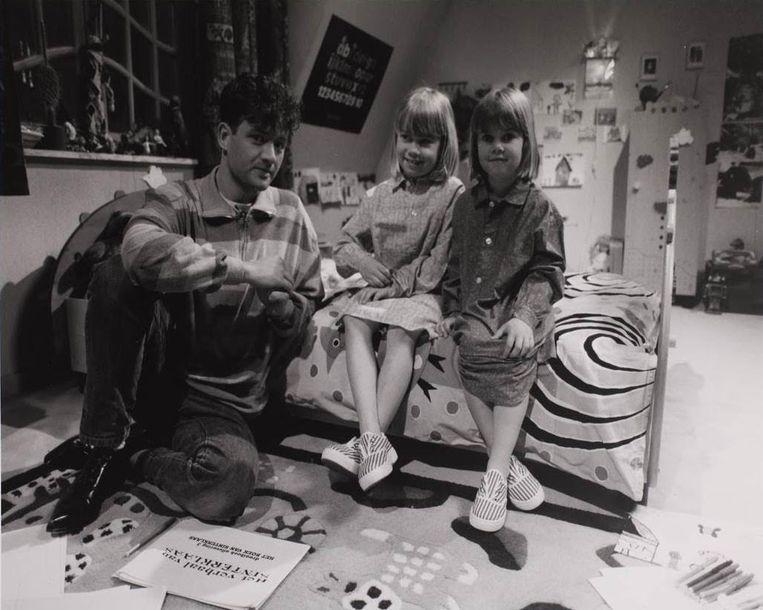 Bart Peeters met Jessica en Charlotte in de originele versie van 'Dag Sinterklaas' uit 1992. Beeld VRT