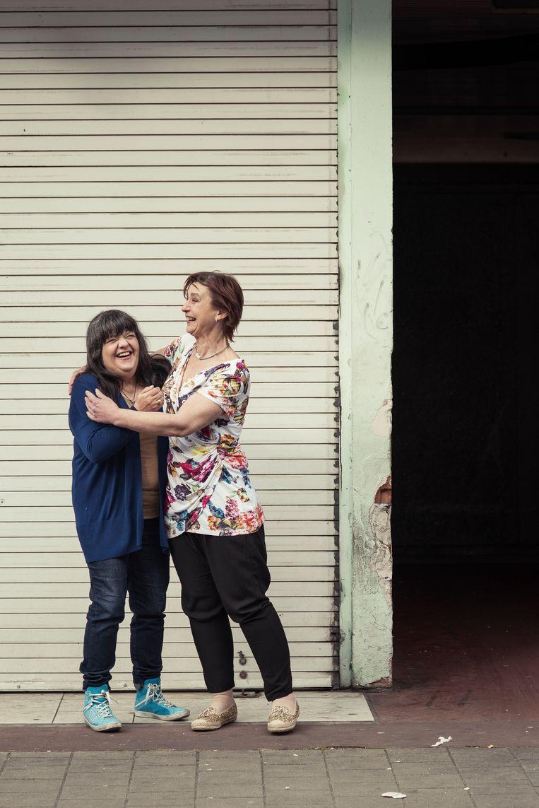 Denise (l.) en Ingrid, twee tevreden klanten bij Binnenste Buiten. Denise: 'Ik zou het hier absoluut aan anderen aanraden.' Ingrid: 'Ik heb mijn nieuwe job eraan te danken!' Beeld Tim Coppens
