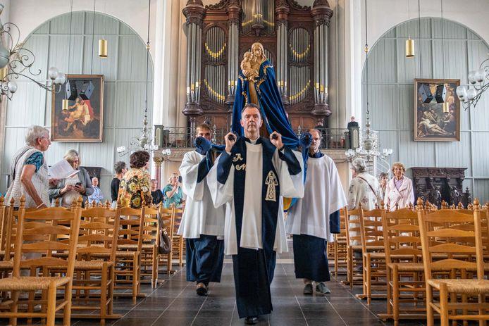 Pastoor Paul Verbeek (midden) tijdens de vanwege corona sobere Maria Ommegang in de St. Gertrudiskerk in Bergen op Zoom, juni van dit jaar.