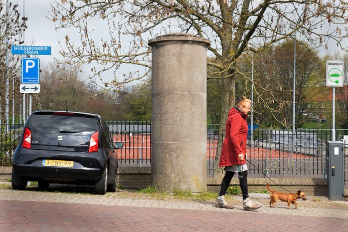 De betonnen aanplakzuil aan de Goilberdingerstraat.