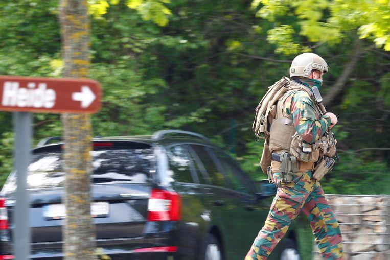 Van Ranst: 'Ik heb grote bewondering en dankbaarheid voor de agenten en militairen die dag en nacht een bos uitkammen op zoek naar een zwaarbewapende man.' Beeld REUTERS