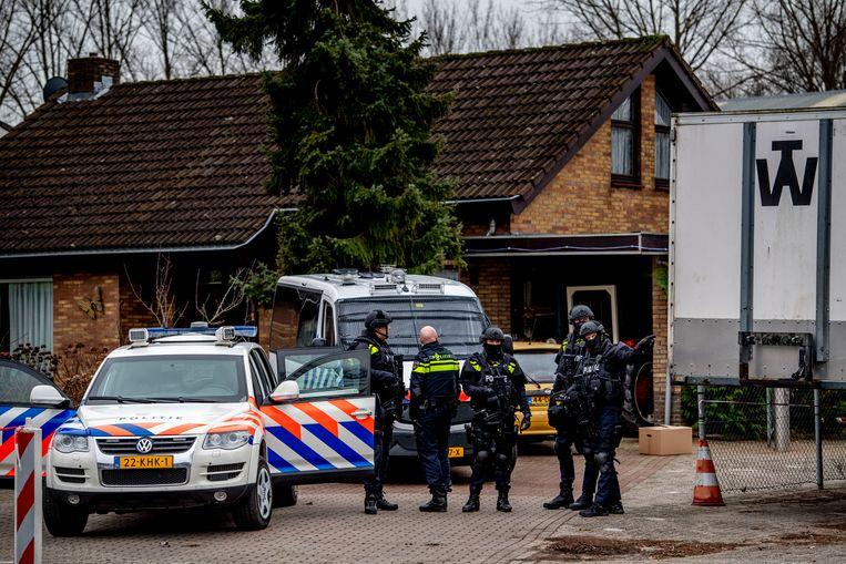 Een speciale eenheid van de politie bij een bedrijfspand op een industrieterrein in Utrecht, waar drugs en munitie werden aangetroffen.   Beeld Robin Utrecht / Hollandse Hoogte