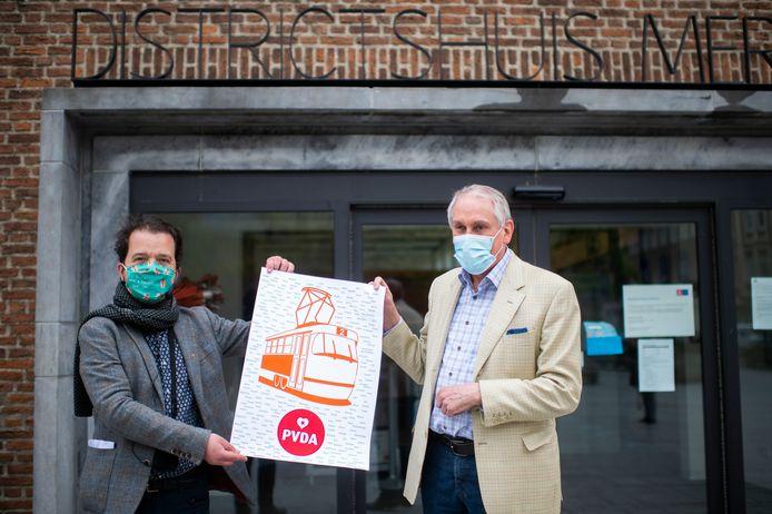 Tristan Faes (links) schenkt een 'gedenkplaat' voor tram 2 aan districtsburgemeester Luc Bungeneers (N-VA)