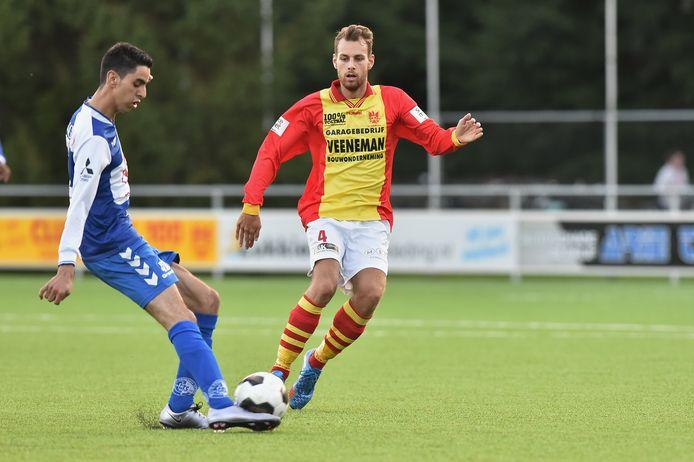 Jordi van Dalen rechts gaat namens CSV Apeldoorn het duel aan met Anouar Tmim van DTS Ede.