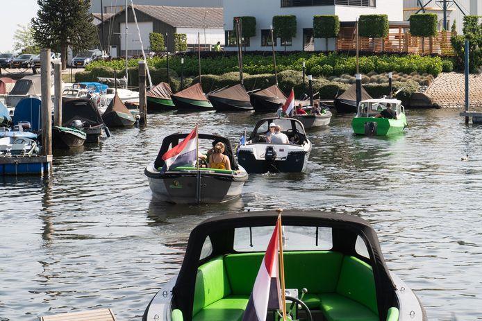 2020: Drukte bij de bootjesverhuur in de oude haven van Drimmelen.
