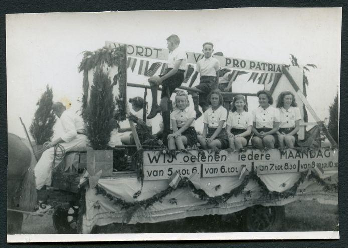 Praalwagen van Pro Patria tijdens de Bevrijdingsfeesten eind augustus 1945.