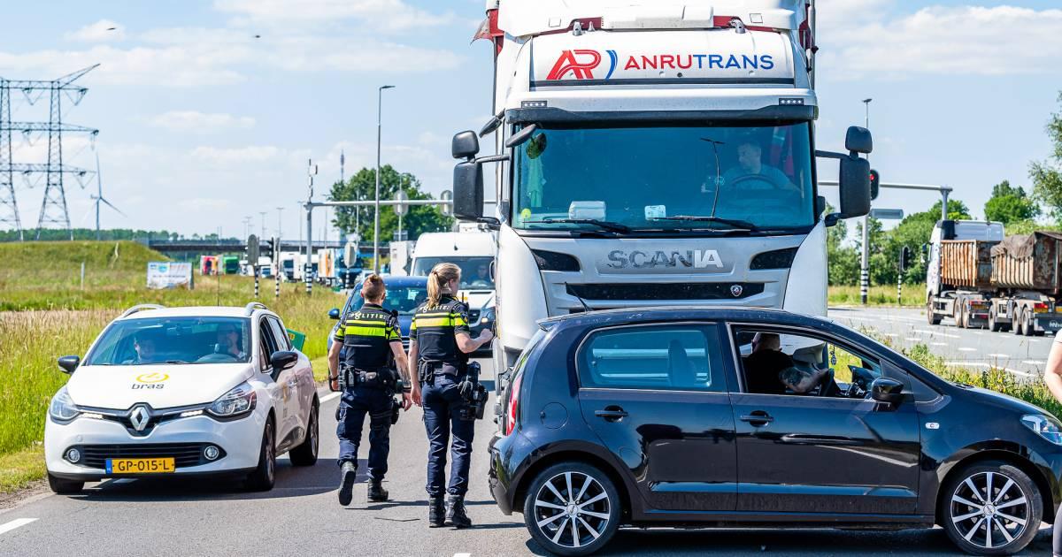 Vrachtwagen rijdt na botsing meters met auto tegen voorkant over Tilburgse weg.