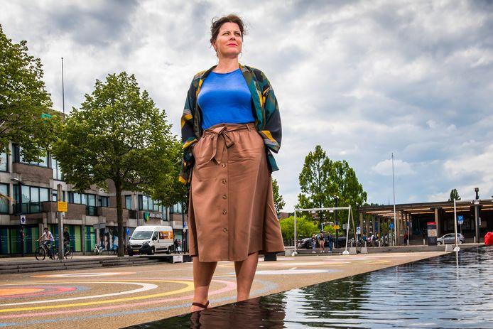 """Stadsbouwmeester Jessica Hammarlund Bergmann op het Stationsplein. """"Hoe gaaf is het als je meteen middenin een bruisende stad stapt."""""""