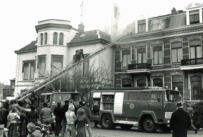 De Magirus in actie bij een zolderbrand aan de Gorcumse Kriekenmarkt in 1977.