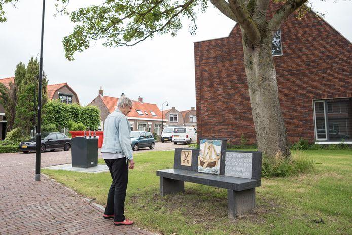Saar Kotoun herinnert zich uit haar jeugd dat de gevelstenen in het rijtje piepkleine huisjes aan het toenmalige Hofferplein zaten. Nu zijn ze als historisch monument verwerkt in een bankje voor die zelfde straat.
