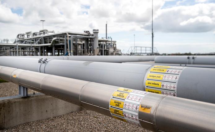 De buizen met het natte warme gas en de installatie op het gasveld Loppersum.