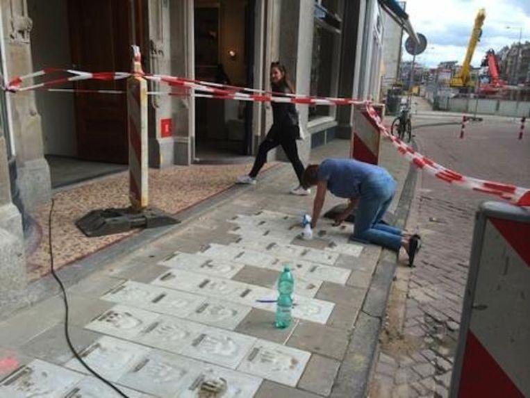 De aanleg van de Writers Walk of Fame in julif Beeld Kari Spijker