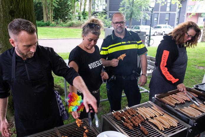 Annemarie Snijders (rechts) met naast haar wijkagent Dave Dedel en Kwintesbegeleider Brechtje Letema.