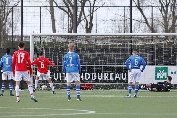 Tijjani Reijnders (met rugnummer 6) schiet vanaf de strafschopstip de 2-1 binnen voor Jong AZ. Doelman en aanvoerder Wouter van der Steen van FCDen Bosch ligt in de verkeerde hoek.