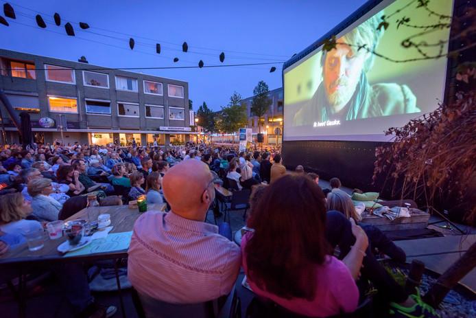 Een vol plein woensdagavond bij Pand P aan de Leendeweg voor de buitenfilm Tulipani.