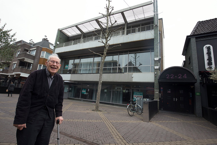 Architect Jan Ovink op 24 april 2017 voor het Gelderlanderpand dat hij ontwierp halverwege de jaren vijftig.