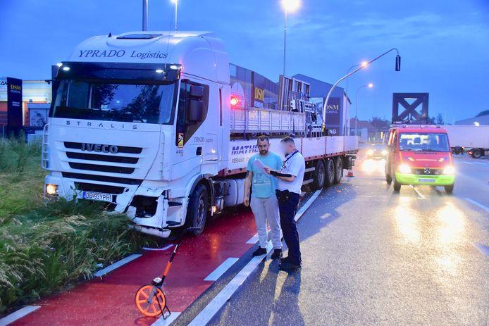 De vrachtwagen strandde ook in de groene berm, na het ongeval op het kruispunt van de R8 met de Brugsesteenweg in Kuurne.