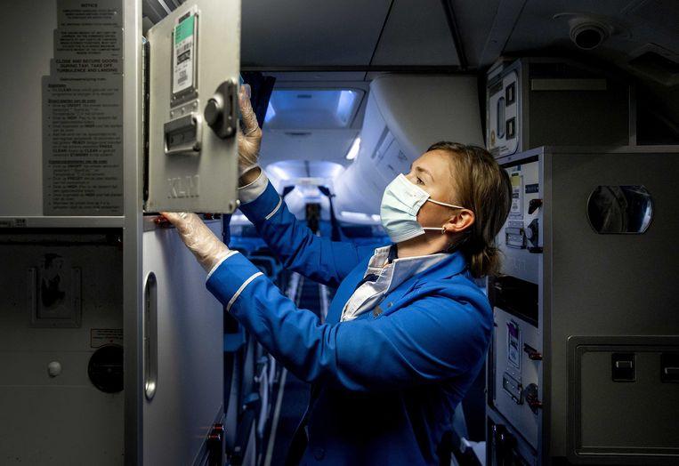 KLM-stewardess inspecteert een vliegtuig voor vertrek vanaf luchthaven  Schiphol, 18 juni 2021 Beeld EPA