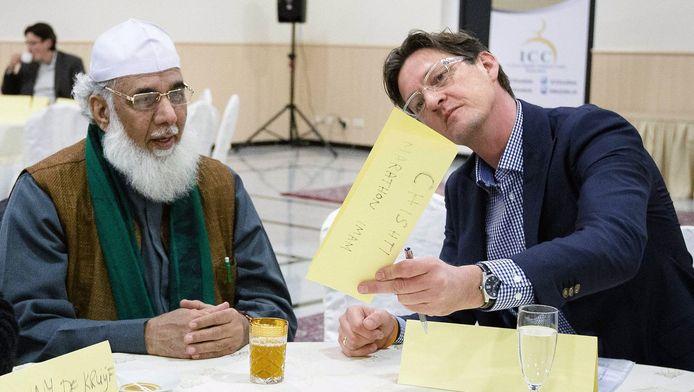 De Rotterdamse wethouder Joost Eerdmans tijdens een bijeenkomst in de Essalam moskee.