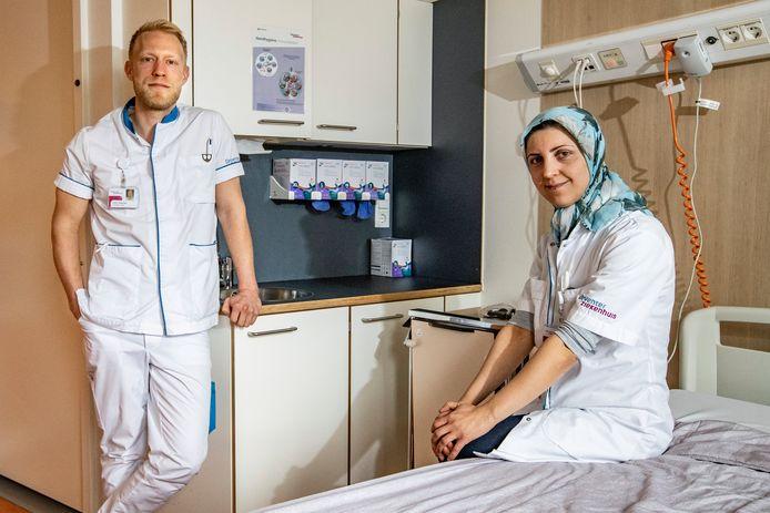 """Ziekenhuisarts  Shima Faghihi Kashani en verpleegkundige Cas Diseraad werken op de corona-verpleegafdeling van het Deventer Ziekenhuis. ,,We hebben het nu nog onder controle, maar je weet niet wat er gebeurt als alles weer open gaat."""""""