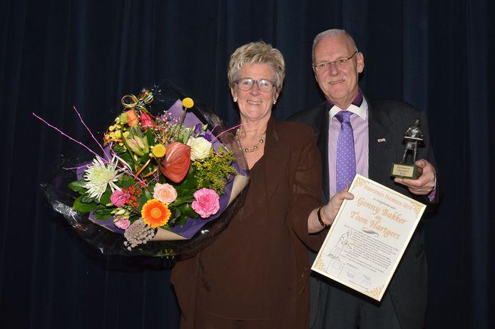 Gonny Bakker en Toon Hartgers zijn trotse winnaars van de Dorpsprijs Ugchelen 2018.