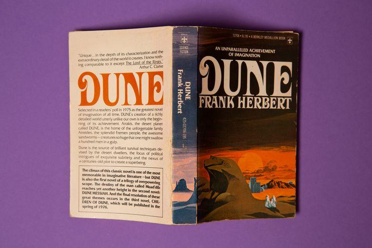 Frank Herberts Dune, met de aanbevelingen op het voor- en achterplat. Beeld Studio V