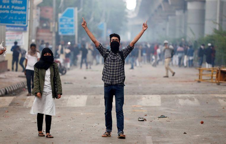 Bij de Jamia Millia Islamia Universiteit kwam het tot harde confrontaties tussen studenten en politie.  Beeld REUTERS