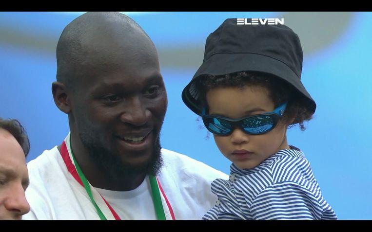 Kampioenenviering Inter: Romelu Lukaku met zoontje Romeo. Beeld Eleven