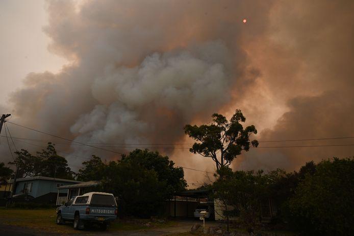 Een bosbrand rukt op naar het stadje Jerrawangala in New South Wales.