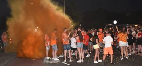 Politie veegt pleinen in Almelo schoon door grote drukte en rellende oranjefans: 'Dit moeten we niet willen'