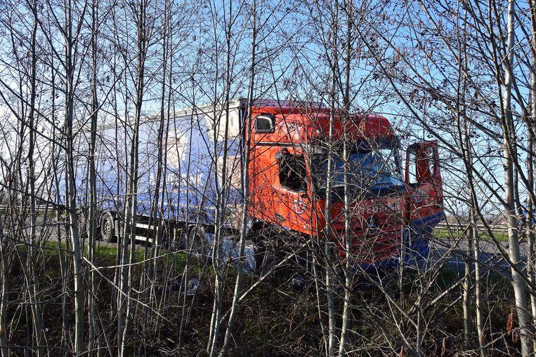 De vrachtwagen belandde net niet in de dieperik naast de snelweg.