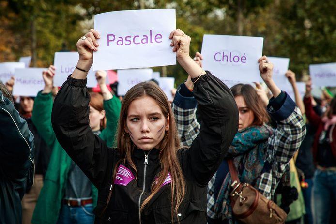 Vrouwen houden in Parijs bordjes omhoog met de namen van de 121 vrouwen die in 2019 in het land door femicide om het leven zijn gekomen.