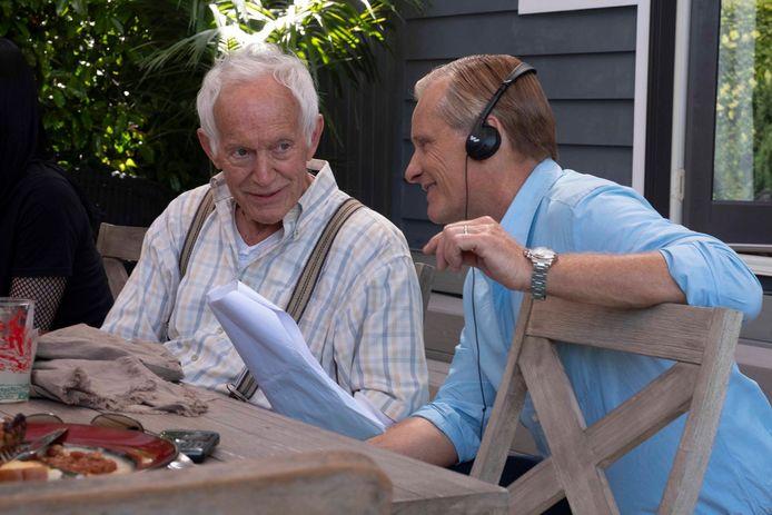 Viggo Mortensen (r.) met Lance Henriksen op de set van 'Falling'.