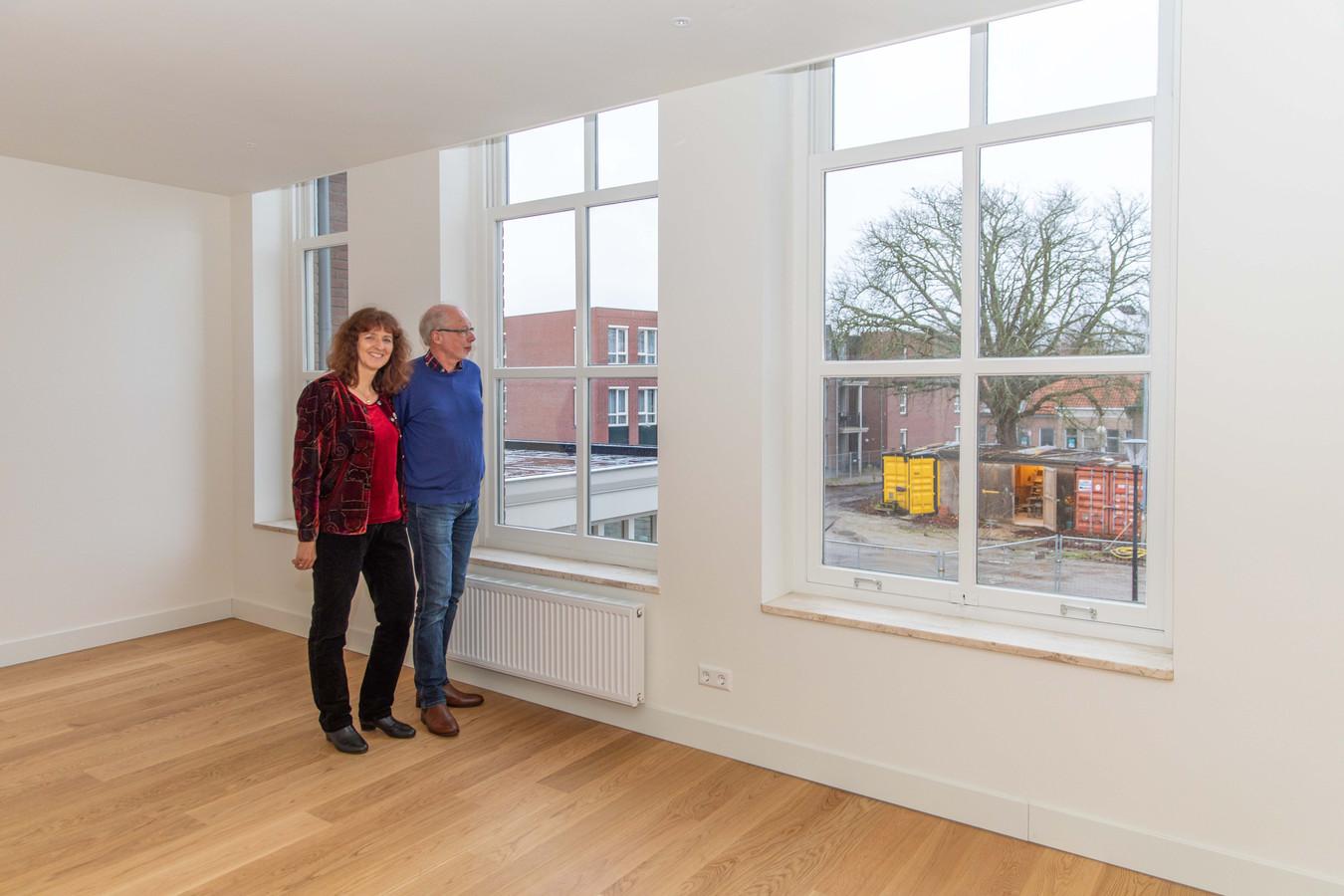 Wilma en Bert Vroegop in de kamer in Het Gastenhuis waar binnenkort hun (schoon)moeder woont.