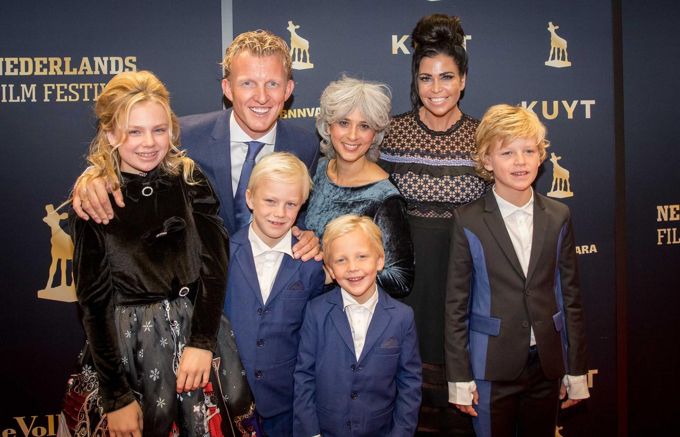 De familie Kuijt op de loper bij de Utrechtse Stadsschouwburg voor aanvang van de premiere van Kuyt.