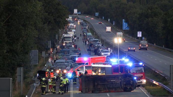 De Duitse snelweg bij Emmerik zit helemaal dicht na een ongeluk.