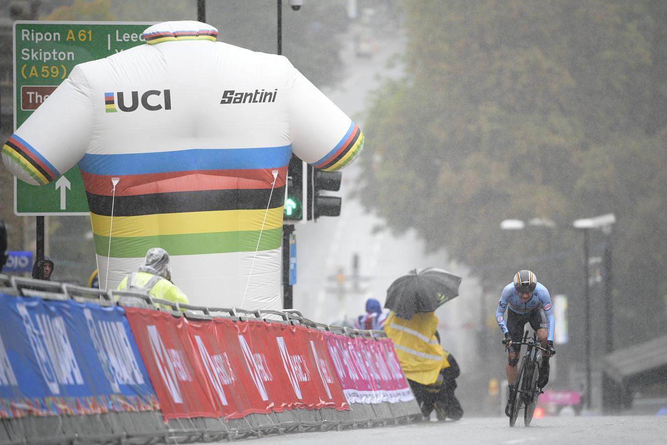 Het is afzien voor de renners op het WK wielrennen in het noorden van Engeland, waar het onophoudelijk regent.