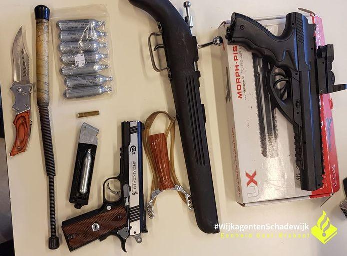 De wapens die in het huis werden aangetroffen.