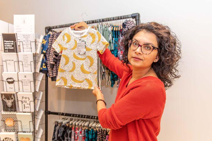 Chantal Braam  verkoop in haar winkel duurzaam geproduceerde Fair Trade kleding. En sommige producten, zoals de kinderkleding, komen gewoon uit Zeeland.