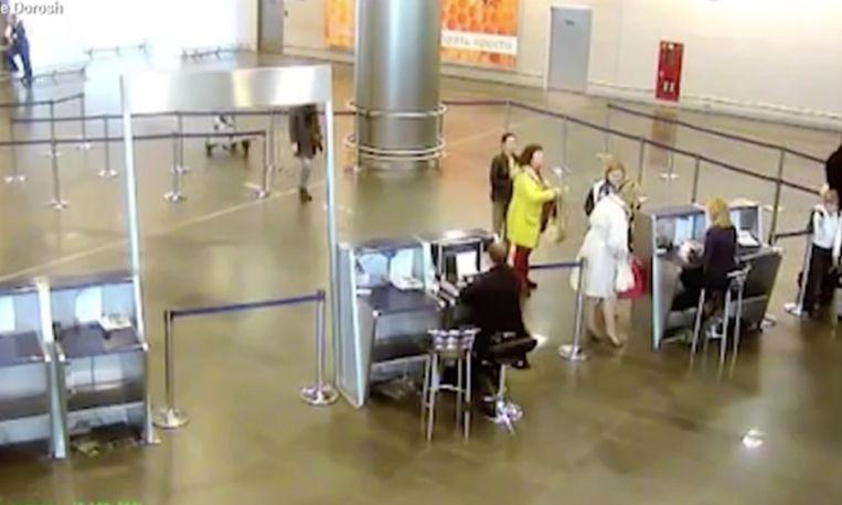 Bizar: 11-jarig meisje glipt door de beveiliging en vliegt gratis