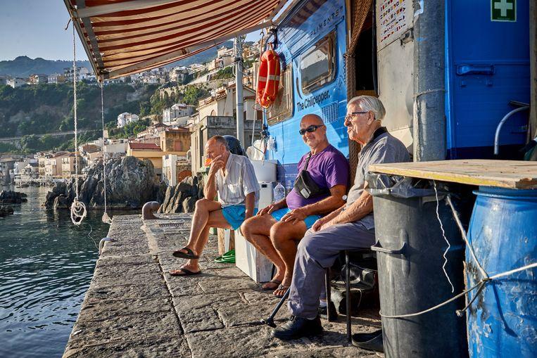's Morgens vroeg in het vissershaventje van Scilla. Beeld Theo Stielstra