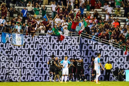 Mexicaanse fans jubelen na een goal van Rogelio Funes Mori.